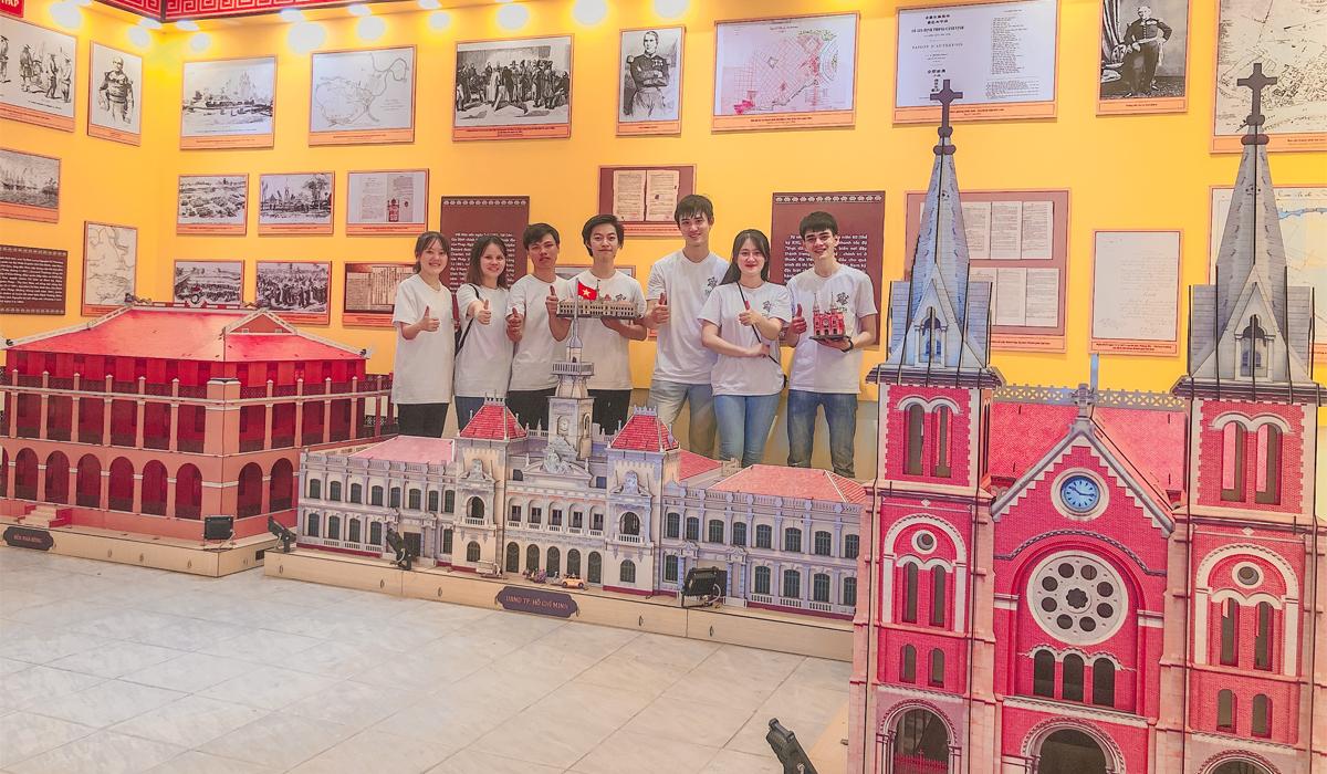 Mô hình khổng lồ tại đường phố Sài Gòn do TAYTA thực hiện