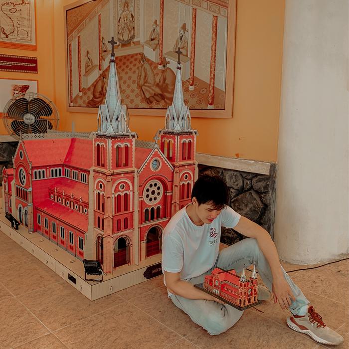 Mô hình khổng lồ Nhà thờ Đức Bà trưng bày tại đường sách Tp.hcm