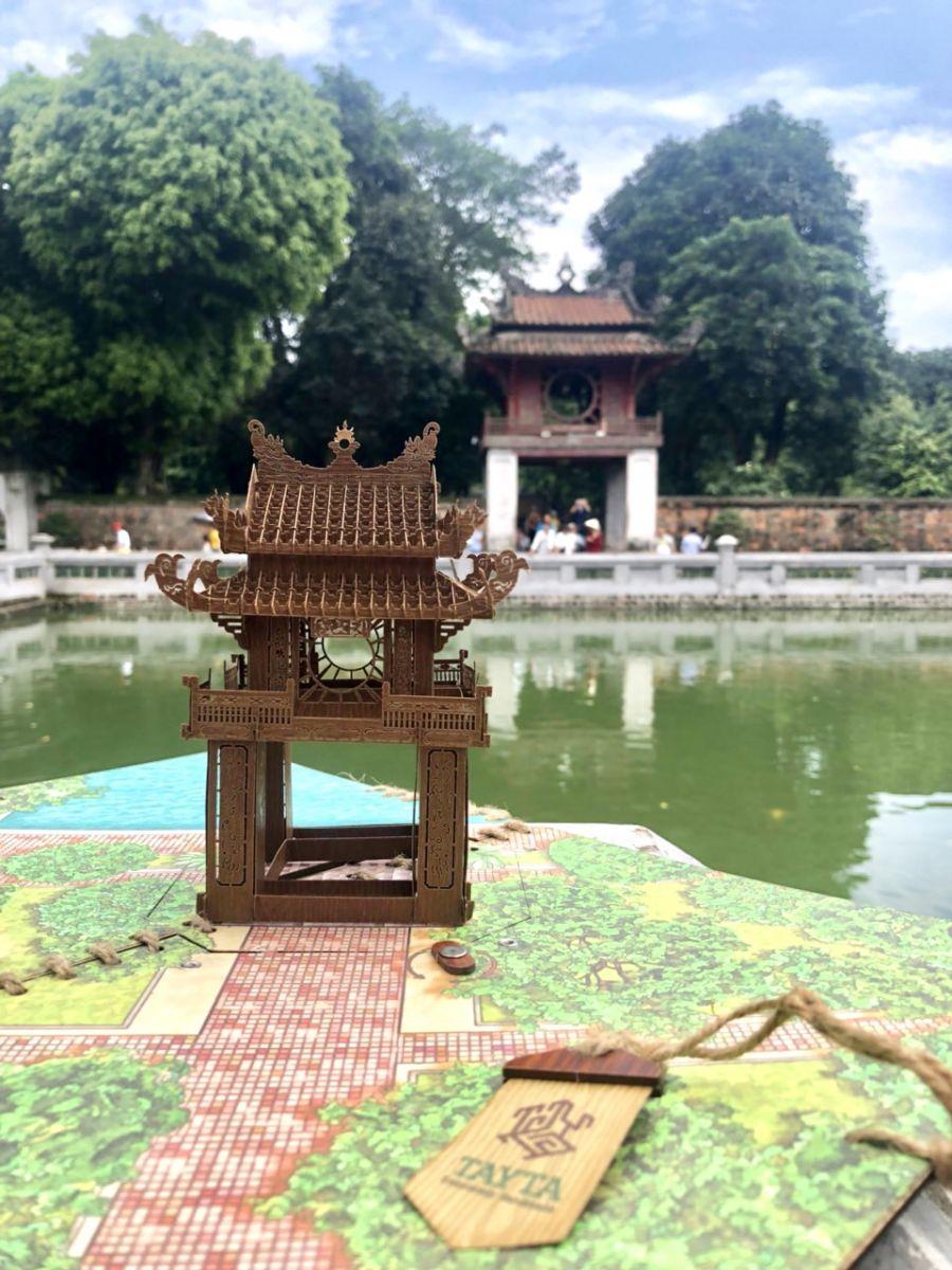 Mô hình Khuê Văn Các check in bên cạnh Công trình Khuê Văn Các tại Thủ Đô Hà Nội.